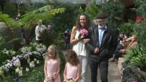 Winnipeggers say goodbye to the Assiniboine Park Conservatory, couple renews vows