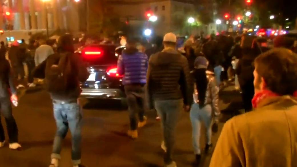 Click to play video 'U.S. election: Police, helicopter respond to crowd near Black Lives Matter Plaza'