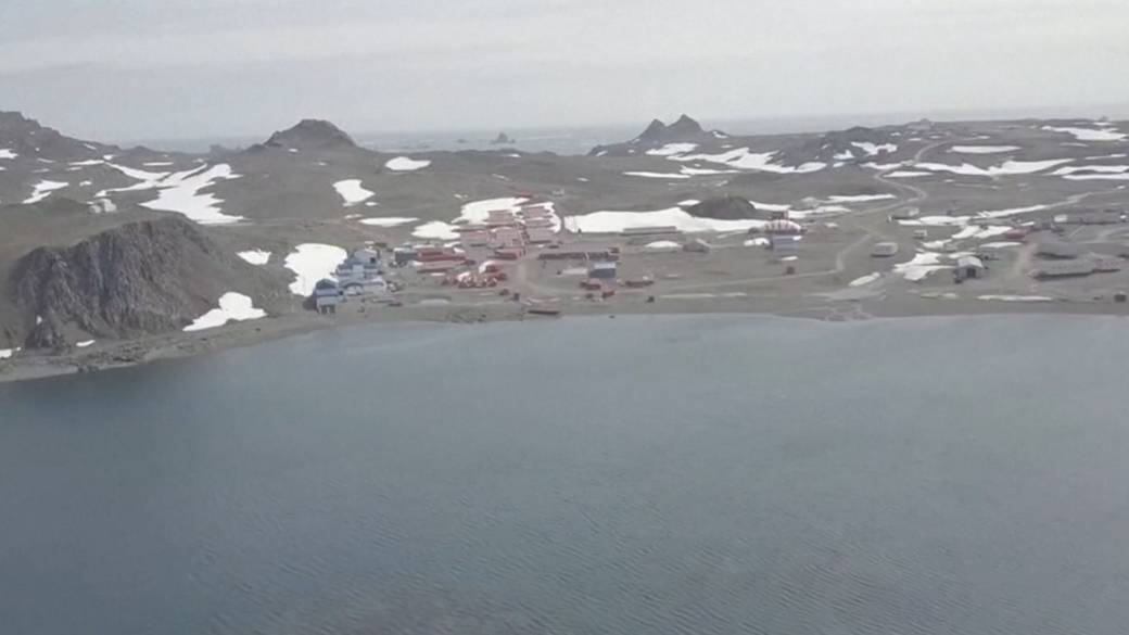 Click to play video 'Surprising footage shows what Antarctica looks like without snow'