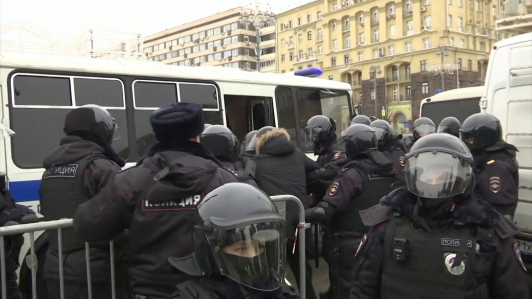 Click to play video 'Russian police arrest hundreds of protesters demanding Alexei Navalny's release'