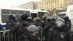 Russian police arrest hundreds of protesters demanding Alexei Navalny's release (03:38)