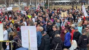 Hundreds gather in Kelowna for anti-restriction protest (01:37)