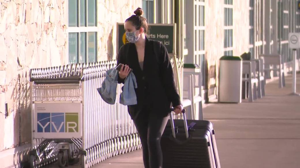 Click to play video 'Experts urger tougher travel restrictions as COVID-19 variant spreads in B.C.'