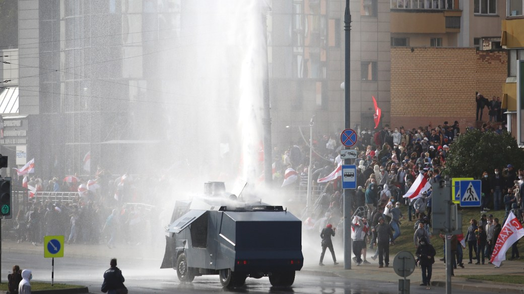 Click to play video 'Belarus protests: Police use water cannon as demonstrations near 2-month mark'
