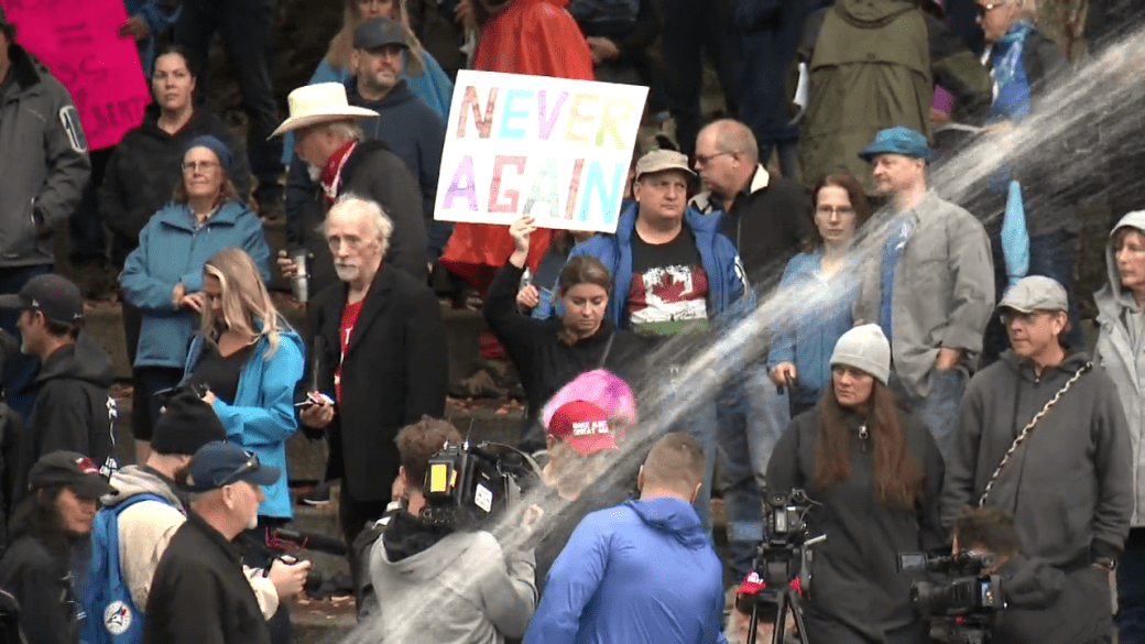 Click to play video: 'Protesters at Olympic Plaza in Calgary oppose mandatory vaccinations'