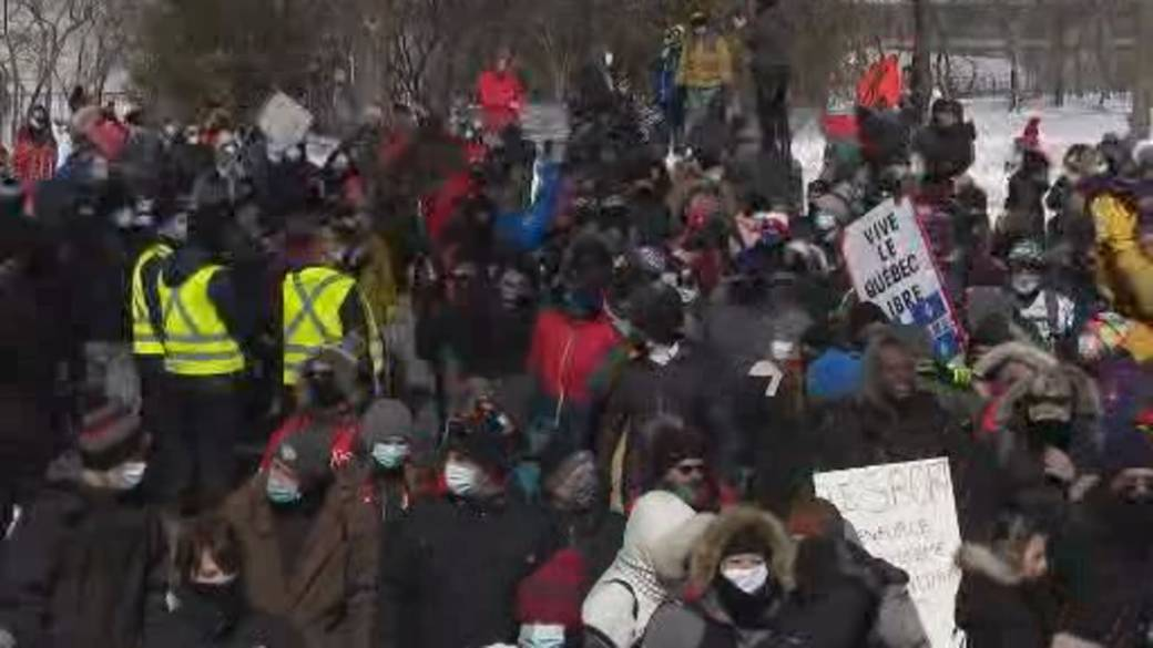 Click to play video 'Quebecers march to National Assembly to protest organized sports ban'