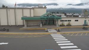 Anti-vaccine and anti-mandate protesters enter Salmon Arm schools prompting lockdown (02:19)
