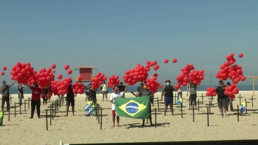 Click to play video 'Coronavirus: Non-profit group in Brazil places crosses, release balloons to mark 100,000 deaths from COVID-19'