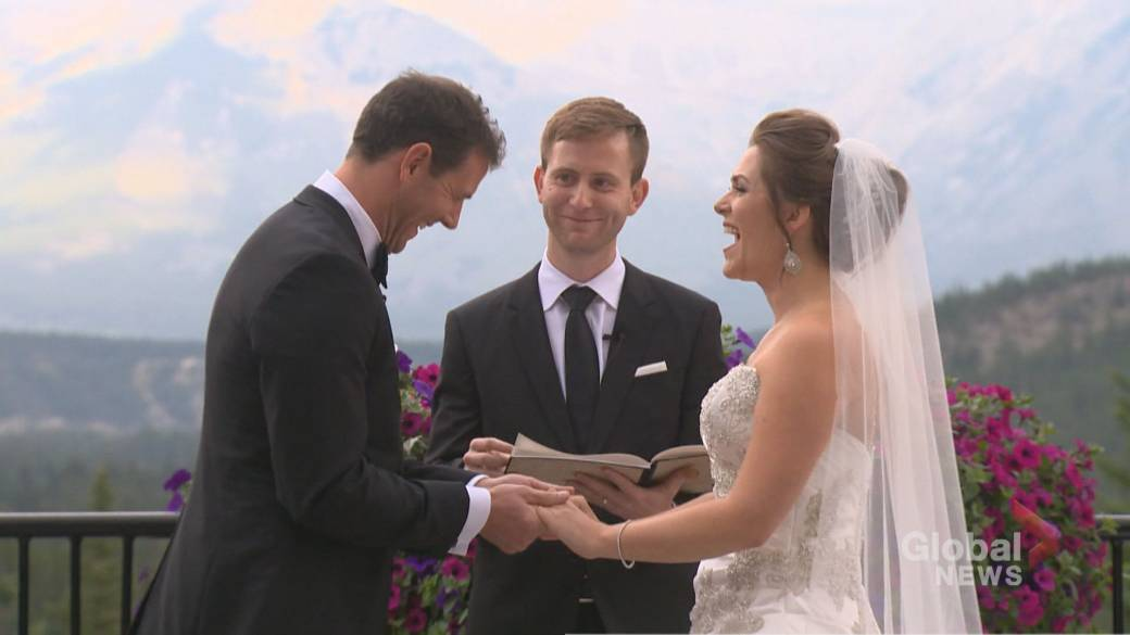 Click to play video: 'Planning a pandemic wedding'