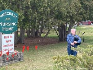 Bagpiper pays tribute to victims of COVID-19 at Pinecrest Nursing Home in Bobcaygeon (01:34)