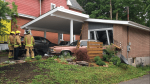 Car reverses into front of house on Bethune St. in Peterborough (00:40)