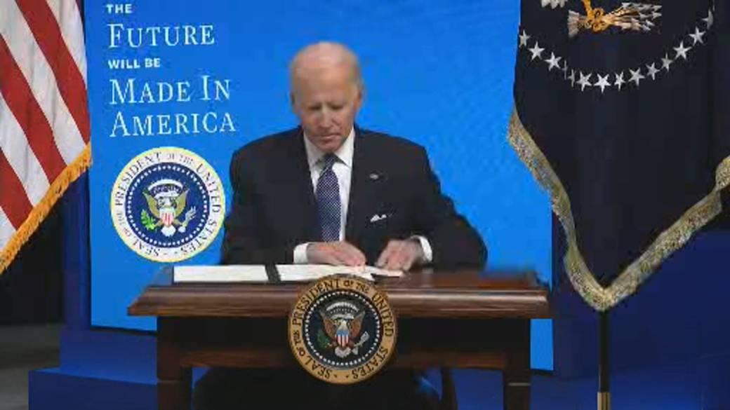 Click to play video 'Biden signs executive order enacting 'Buy American' plan'