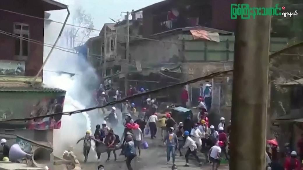 Click to play video: 'Myanmar protesters try to douse tear gas as police open fire'