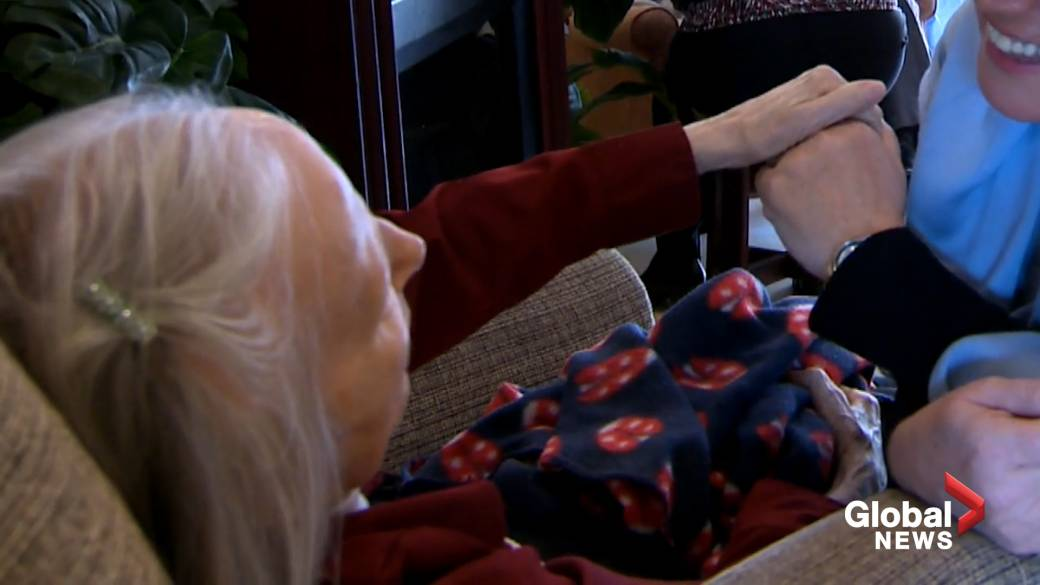 Click to play video 'Quebec caregivers over 70 who visit CHSLDs to get vaccine priority'