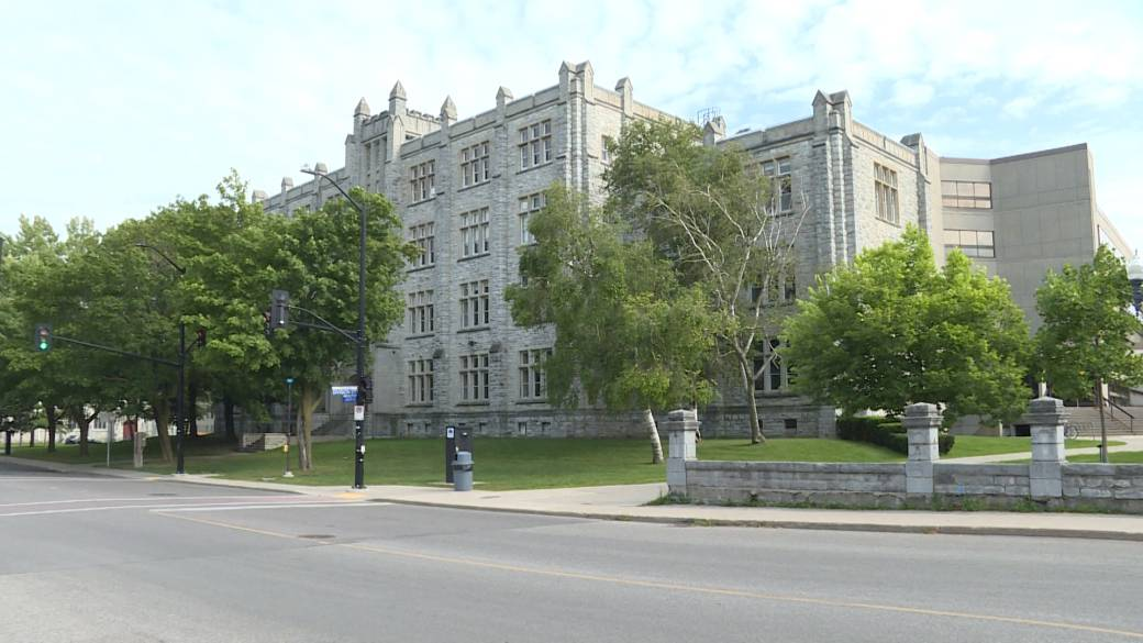 Click to play video: 'Queen's, St. Lawrence College make COVID-19 vaccines mandatory for those on campus'