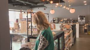Dining in restaurants a hot topic as Alberta's COVID-19 numbers rise (01:51)
