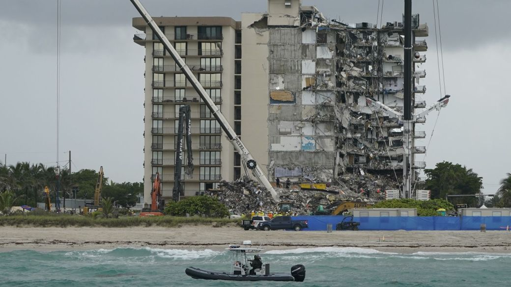Click to play video: 'Search and rescue efforts at collapsed Florida condo paused for demolition'