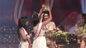 Mrs. Sri Lanka beauty pageant winner stripped of her new crown by previous year's winner onstage (00:58)