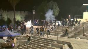 At least 80 injured in Jerusalem as clashes erupt on Laylat al-Qadr (02:07)