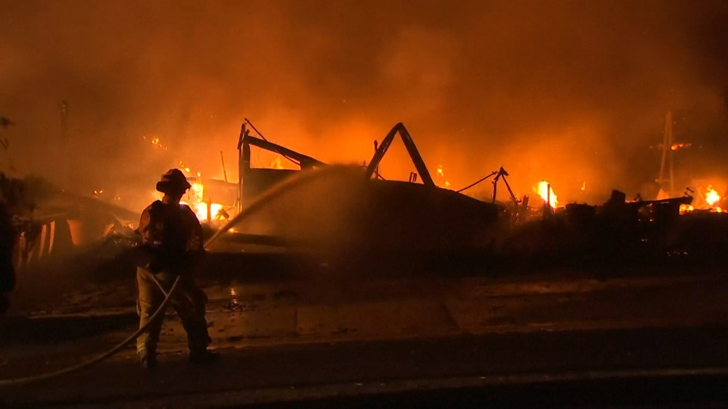 Click to play video 'California wildfires: Glass Fire forces evacuation of hospital, homes in Napa Valley'