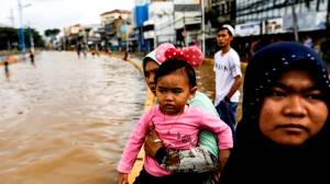 Death toll rises as tens of thousands caught in Indonesian floods
