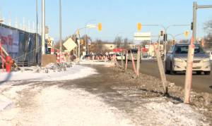Dangerous conditions leave lanes closed around site of Pembina Highway blaze (01:16)