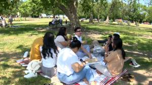 Friends, family gather as Manitoba loosens COVID-19 restrictions (01:20)