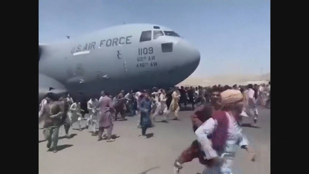 Click to play video: 'Afghanistan crisis: Desperate locals cling to side of US Air Force plane taking off from Kabul'