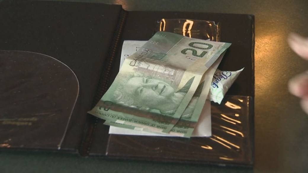 Click to play video: 'New Study Focuses on Restaurant Tipping in Canada'