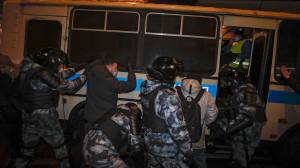 Hundreds detained in Moscow during protests following Alexei Navalny prison sentence (02:51)