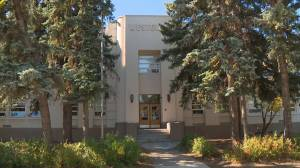 Edmonton elementary school moves to online learning amid COVID-19 surge (01:16)