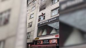 Istanbul mother saves children from burning building by throwing them from 4th floor window (00:35)