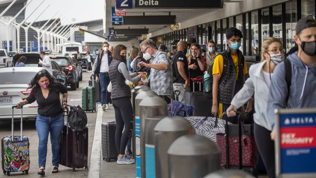 Click to play video: 'Pandemic travel over U.S. holiday weekend has experts urging for caution'