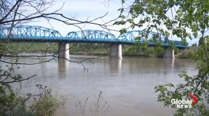 North Saskatchewan River levels drop but firefighters still say 'stay away' (01:45)