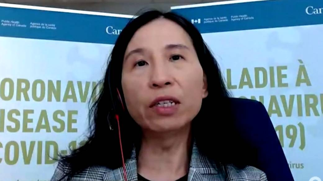Click to play video 'Canada's top doctor says COVID-19 vaccines 'play a critical role' in easing public health measures'