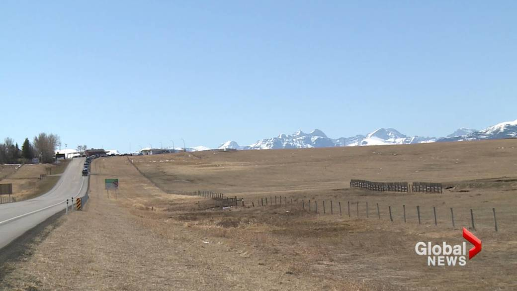 Click to play video: 'Southern Albertans offered COVID-19 vaccine at Montana border'