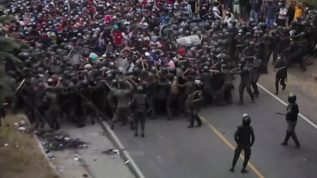 Click to play video 'Guatemalan security forces clash with migrant caravan'