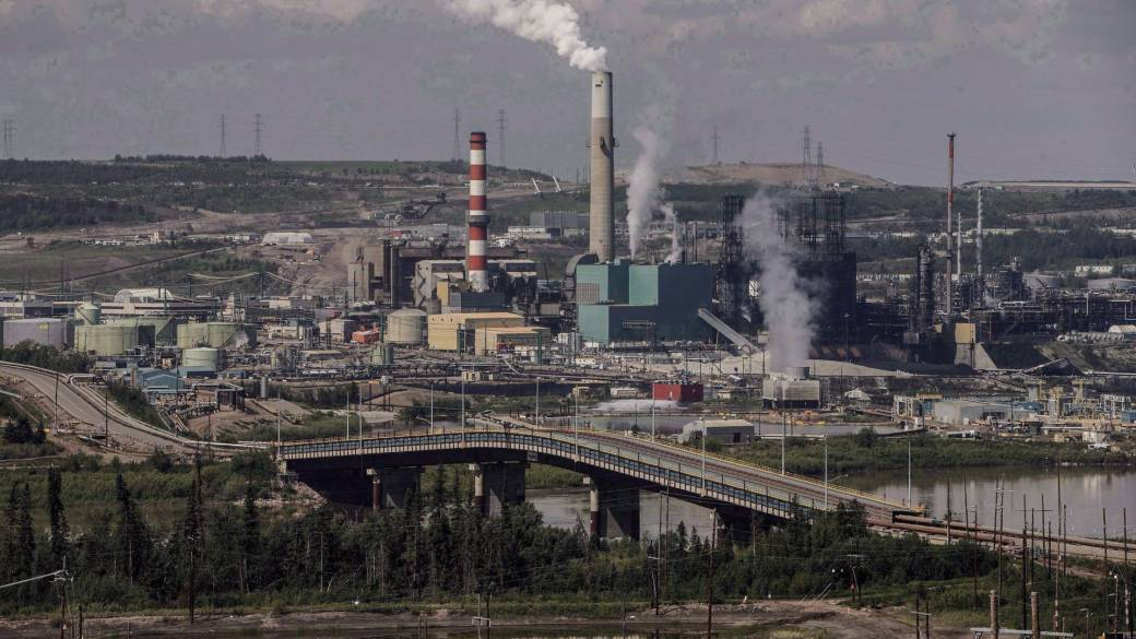 Click to play video: `` COVID-19 vaccination campaign underway in hard-hit Alberta oil sands ''