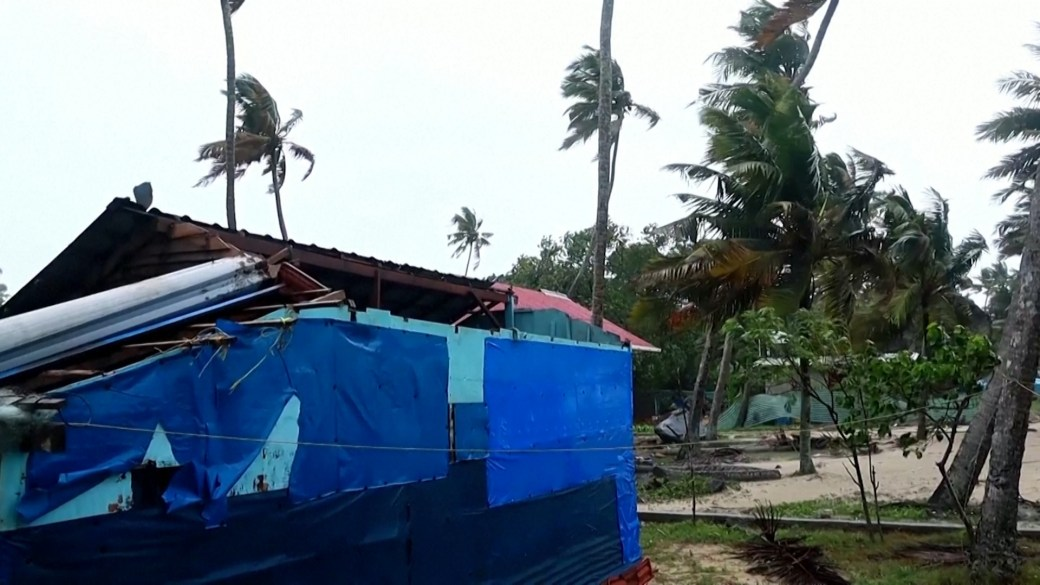 Click to play video: 'Rains, rough seas hit India's southern coast as cyclone Tauktae intensifies'
