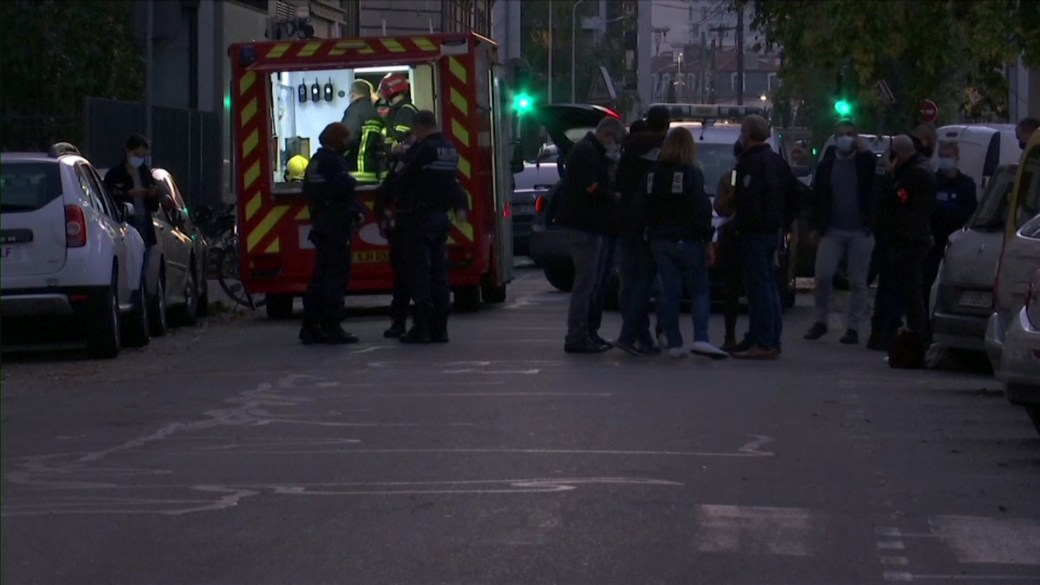 Click to play video 'Emergency services on scene after priest shot and injured in Lyon, France'