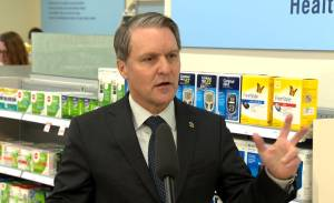 Manitoba government, pharmacy chain team up to help people quit smoking
