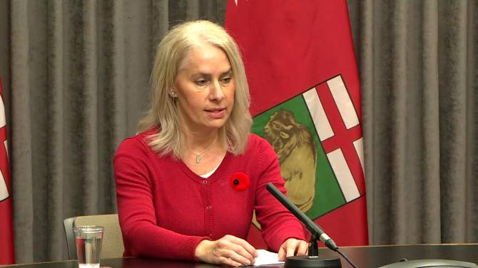 Click to play video: Coronavirus: Province says lack of PPE in some parts of Manitoba due to 'lack of communication'
