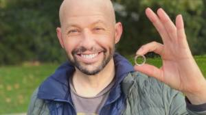 Actor Jon Cryer reunited with lost wedding ring on Vancouver seawall (01:22)