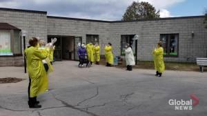 Bobcaygeon nursing home celebrates first resident going outside since coronavirus outbreak (00:25)