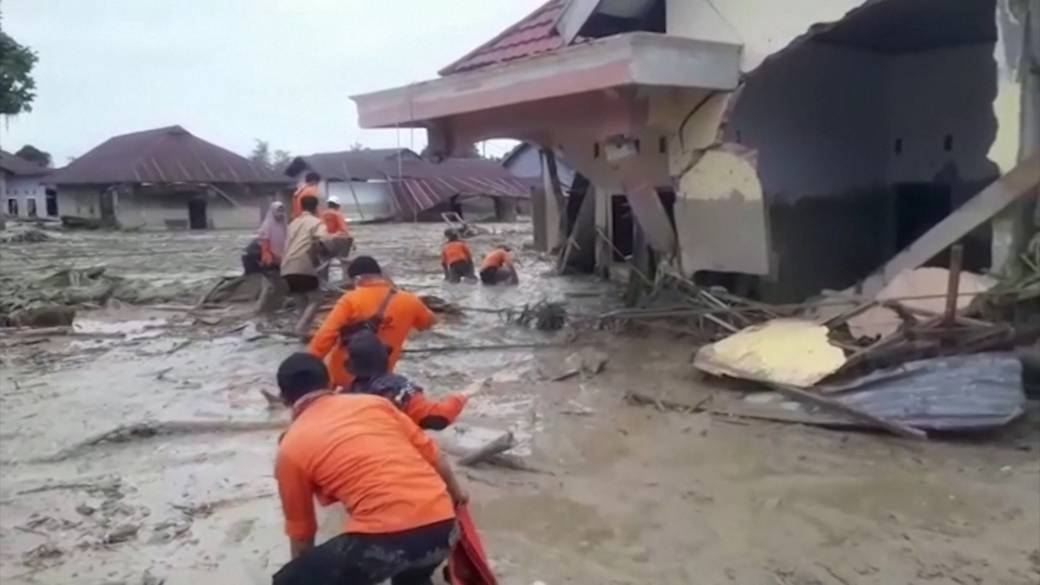 Click to play video 'Flash floods kill at least 16, displace hundreds in Indonesia'
