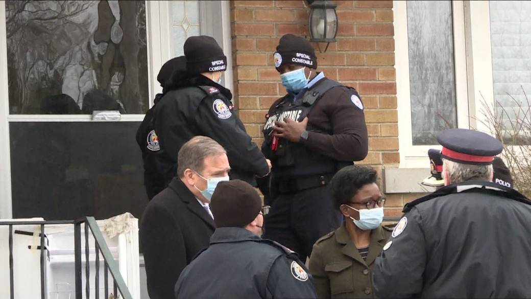 Click to play video '2 Toronto police officers stabbed while investigating missing person case'