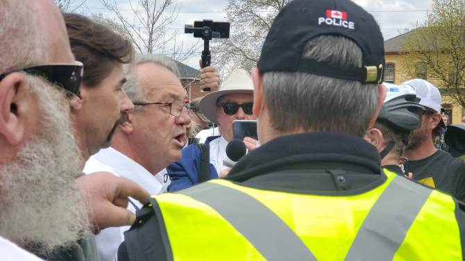 Click to play video: Bernier and Hillier ticketed by police at anti-lockdown protest in Peterborough