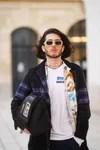 hombre con lentes de colores y bolso