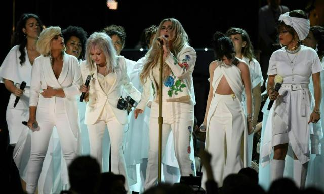Kesha performing with others.