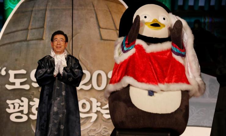 New Year celebration in South Koreaepa08096338 Seoul Mayor Park Won-soon (L) attends at the New Year celebrations at Bosingakin Seoul, South Korea.